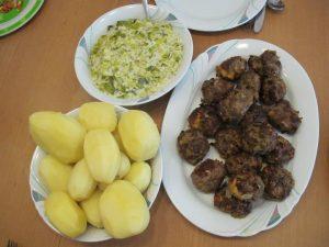 Rahmporree mit Frikadellen und Kartoffeln