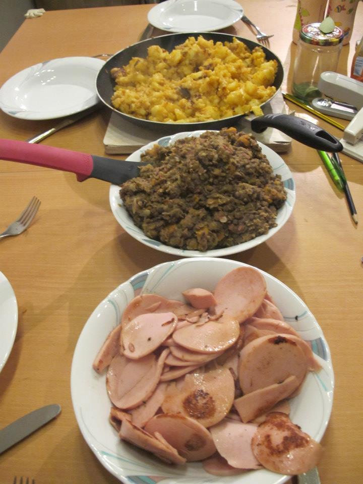 Linsengemüse mit Fleischwurst und Bratkartoffeln