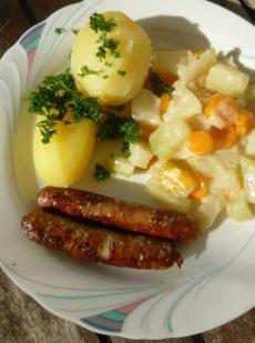 Gemüseragout mit Kartoffeln und Bratwurst